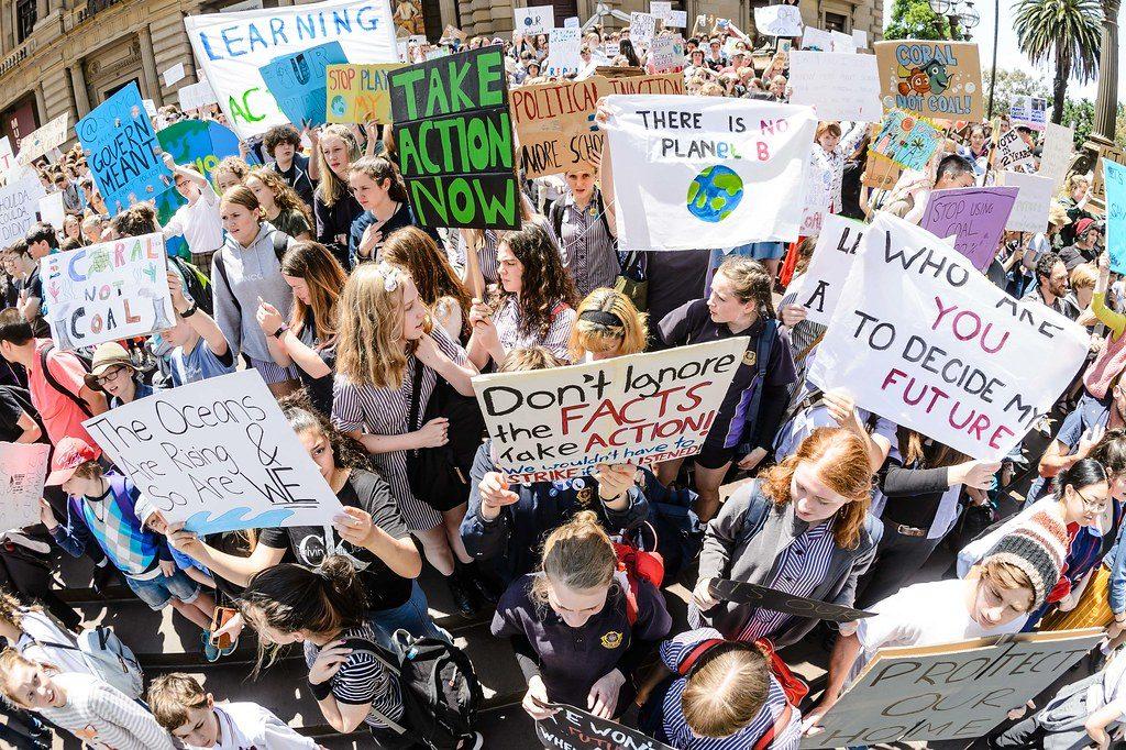 Adolescentes meninas protestando com cartazes pela preservação do meio ambiente