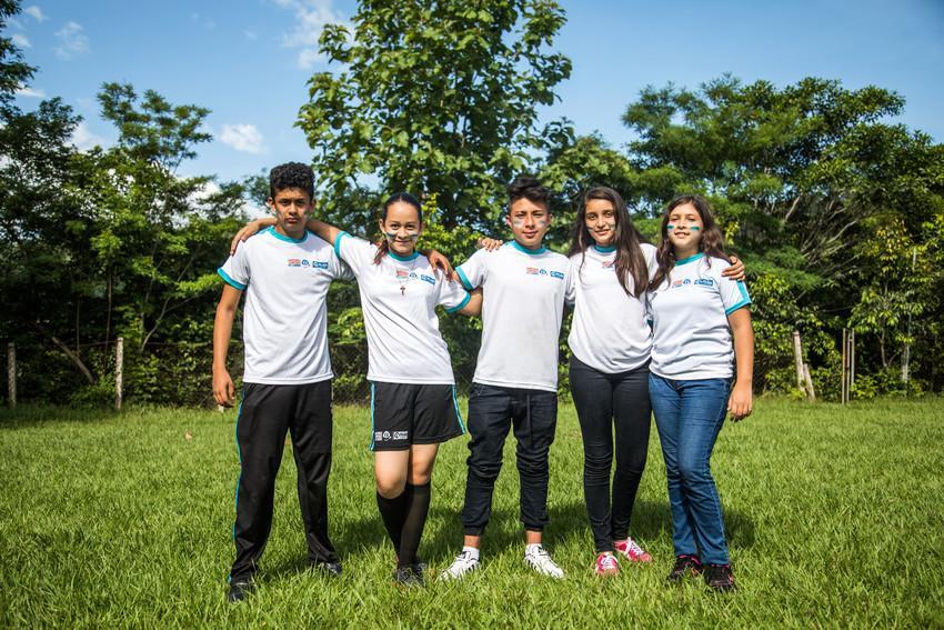 Gonzalo Montano, ativista pela igualdade de gênero e direitos LGBTIQ, reunido com seus amigos da Plan International